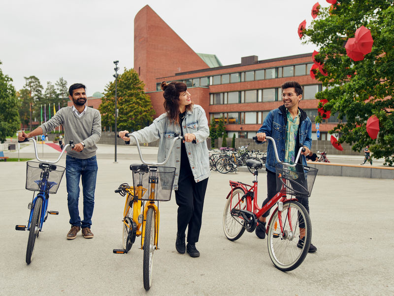 Students with bicycles in Otaniemi