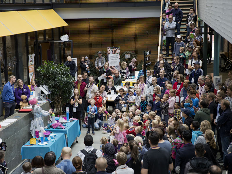 Aalto University / children watching a science theater show at Aalto ELEC Family Day / photo: Annamari Tolonen