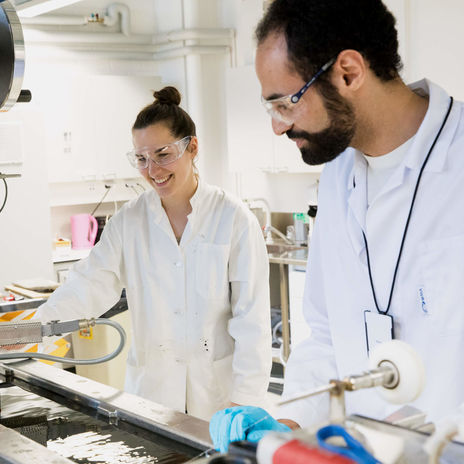 Simone Haslinger and Sherif Elsayed in the laboratory