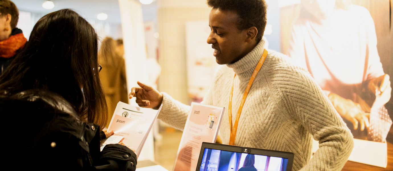 Recruiting specialist from Posti presenting summer job possibilities at Posti. Photo: Kalle Kataila / Aalto University