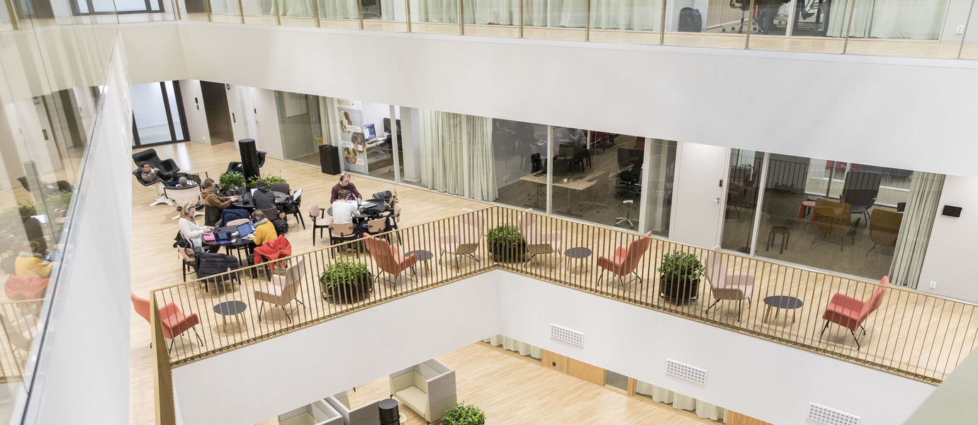 The photo shows students studying at the School of Business. Photo by Mikko Raskinen.