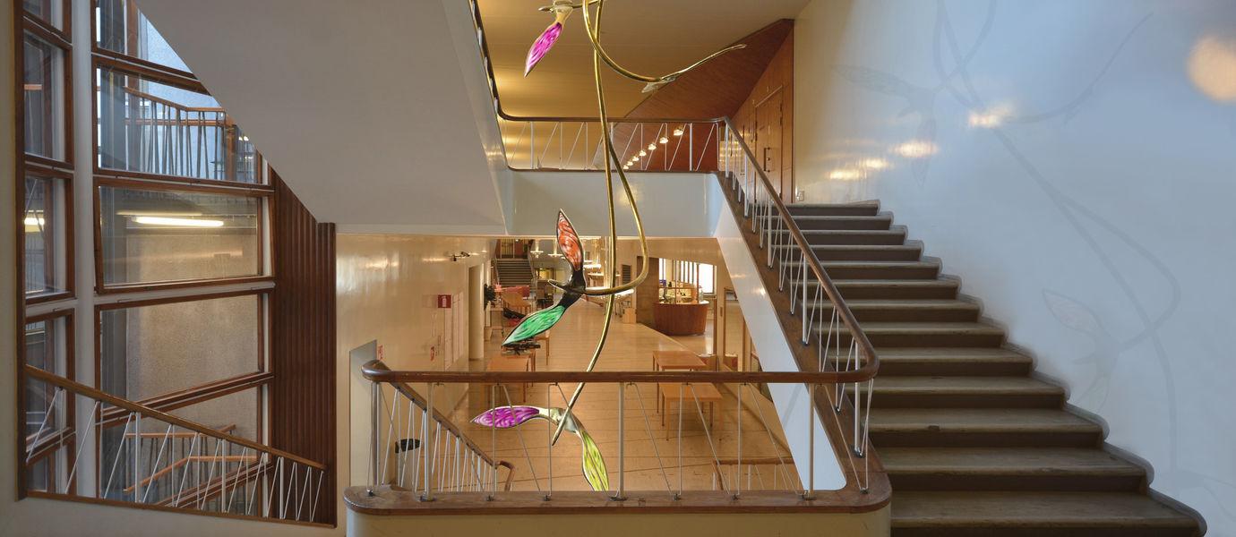 Havainnekuvassa tilataideteos on sijoitettuna Aalto-yliopisto Töölön portaikkoon.