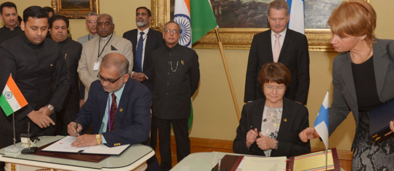 Aalto's President and Indian prime minister signing a MoU