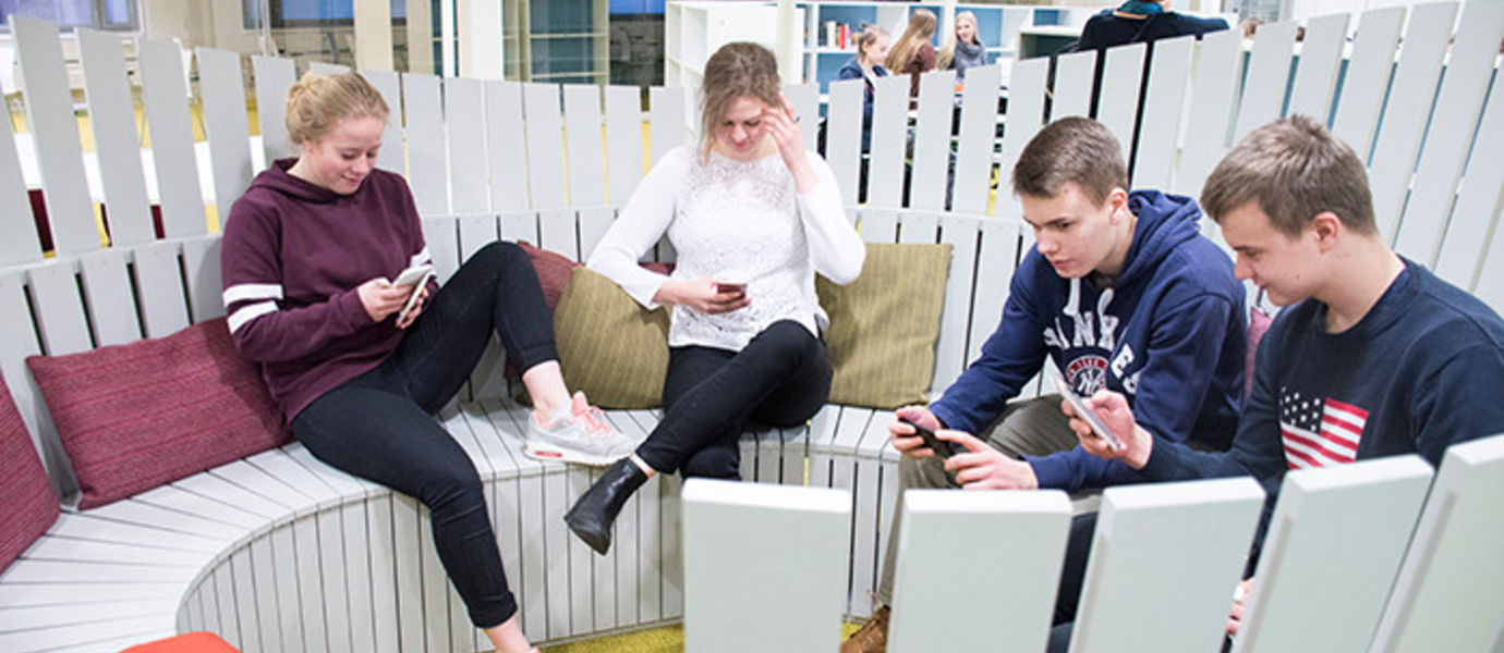 Students of Haukilahti upper secondary school are studying for their first year on the Otaniemi campus. Photo: City of Espooi / Taru Turpeinen.