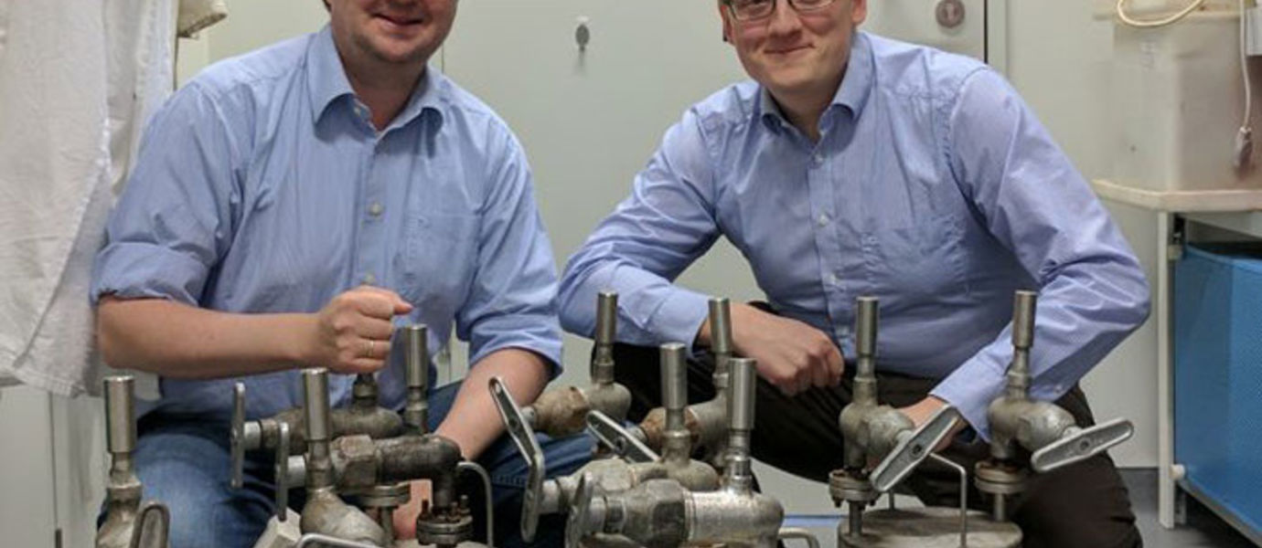 Rubidium has safely arrived to Germany. On the left Professor Florian Kraus and on the right Professor Antti Karttunen. Photo: Lars Deubner