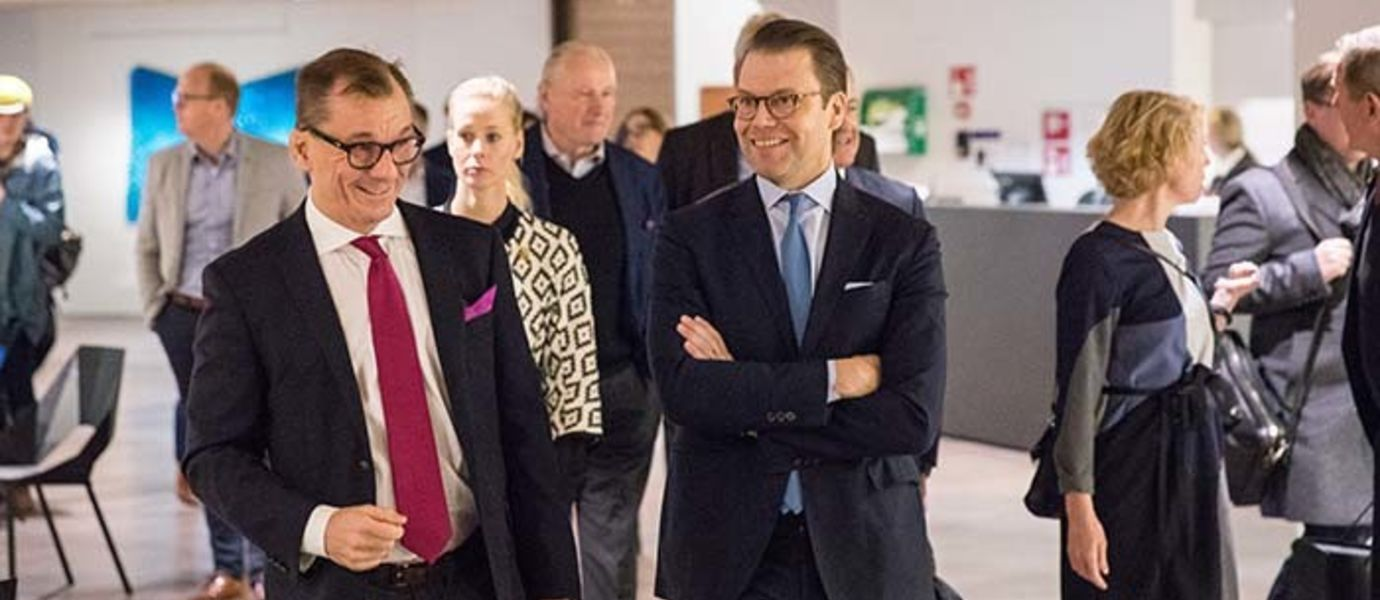 The prince was received by Vice Rectors Hannu Seristö and Anna Valtonen. The visit started at Aalto University's new main building, Dipoli.