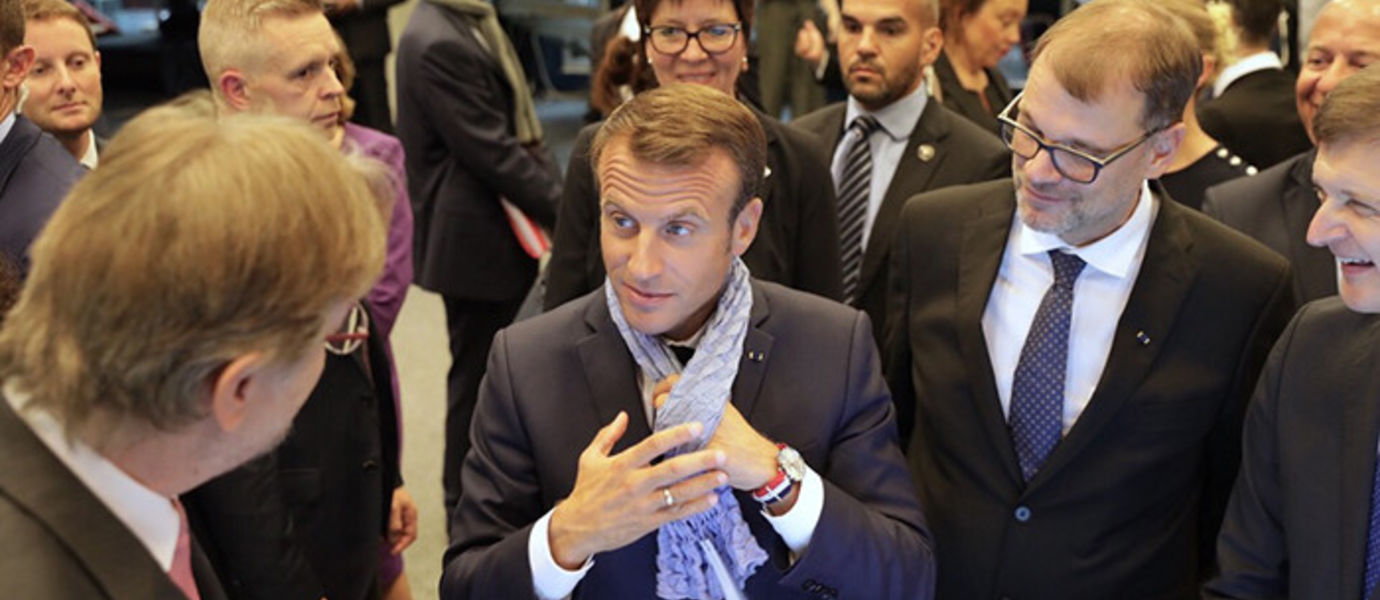 President Macron received a scarf made from old jeans with Ioncell-F technology. Photo: Aalto University/Mikko Raskinen