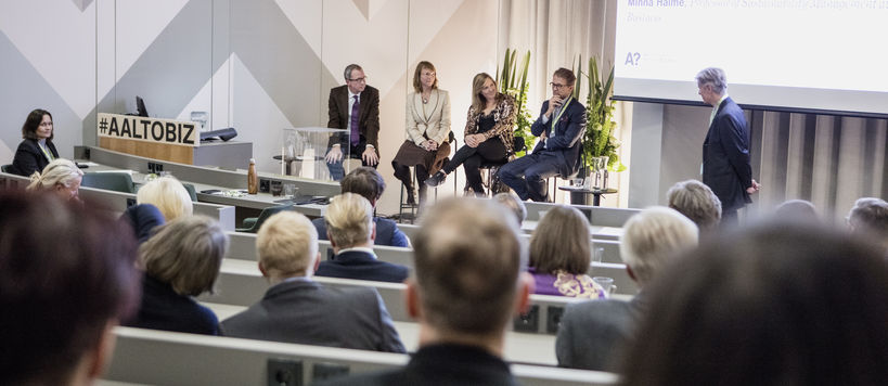 Picture from the Dean's Circle event, host Ingmar Björkman, and panelists Idar Kreutzer, Minna Halme, Katariina Helaniemi and Mikko Kosonen in the picture. Photographer Lasse Lecklin.