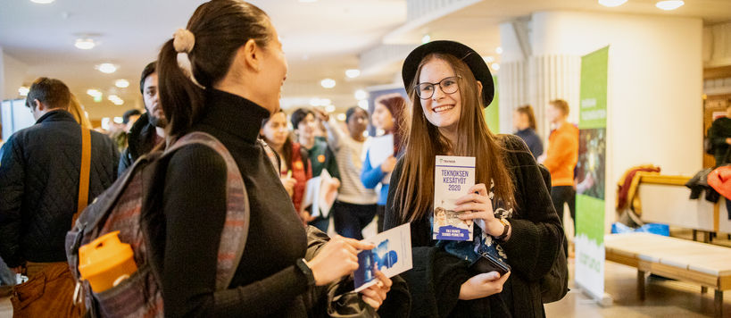 Two female students chatting at the Aalto Summer Job Day on 16 January 2020. Photo: Kalle Kataila / Aalto University