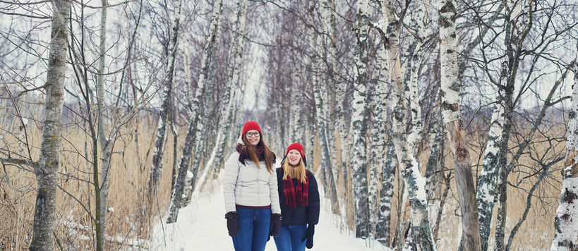 Students at Otaniemi campus in the winter and snow, photo by Unto Rautio
