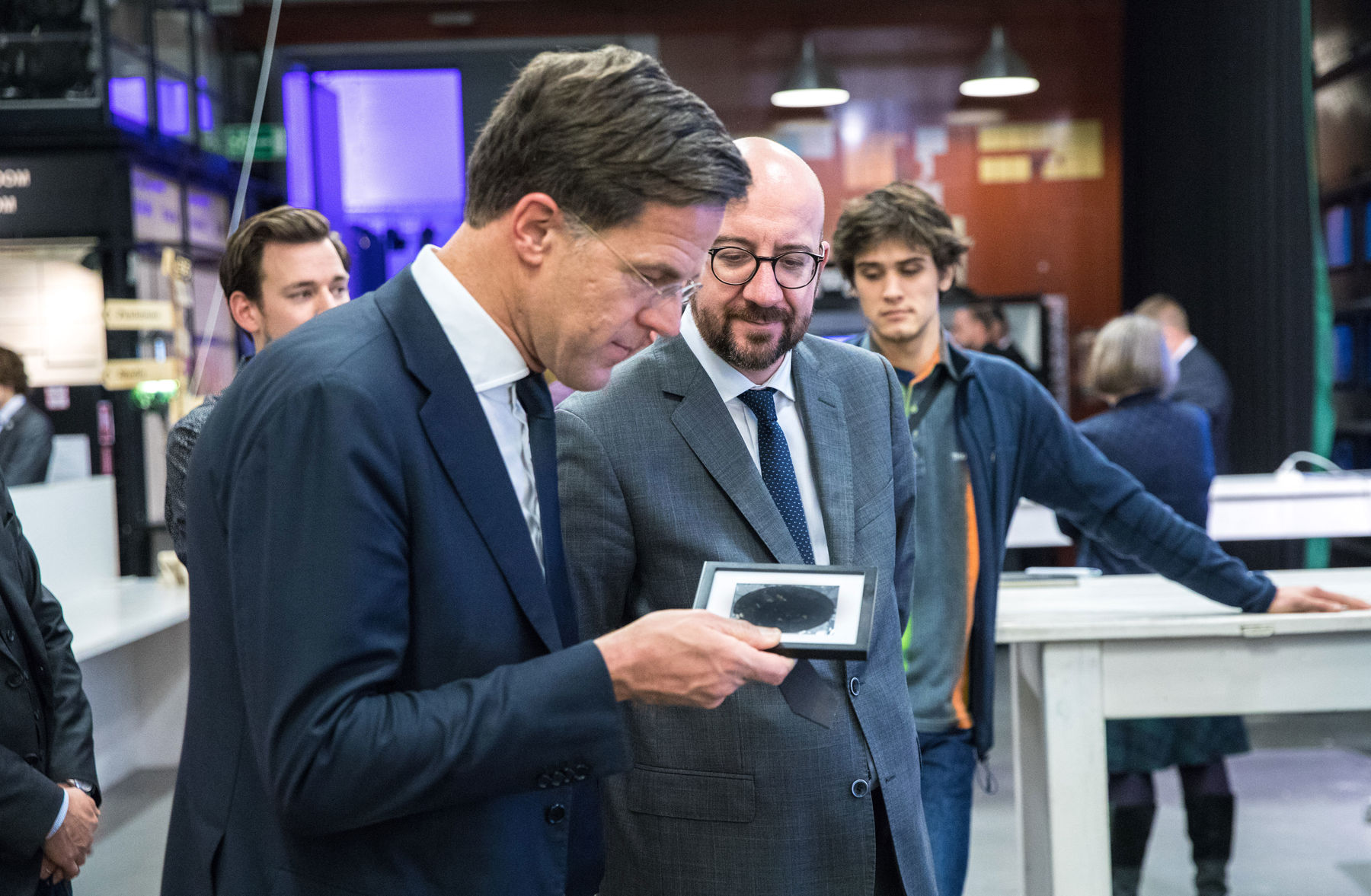 Prime Minister of the Netherlands Mark Rutte (left) and Prime Minister of Belgium Charles Michel are studying the black solar cell, which makes the solar power more competitive, particularly in the north.