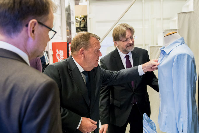 Prime Minister of Denmark Lars Lokke Rasmussen investigated a shirt made of recycled jeans by Ioncell-F technology. Professor Herbert Sixta introduced the innovation.