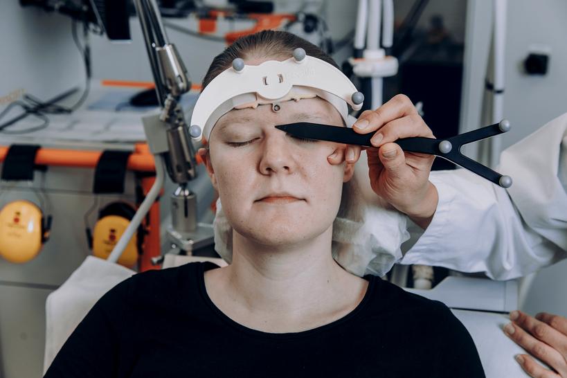Lääkäri kuvaa potilaan aivoja tietokoneelle.