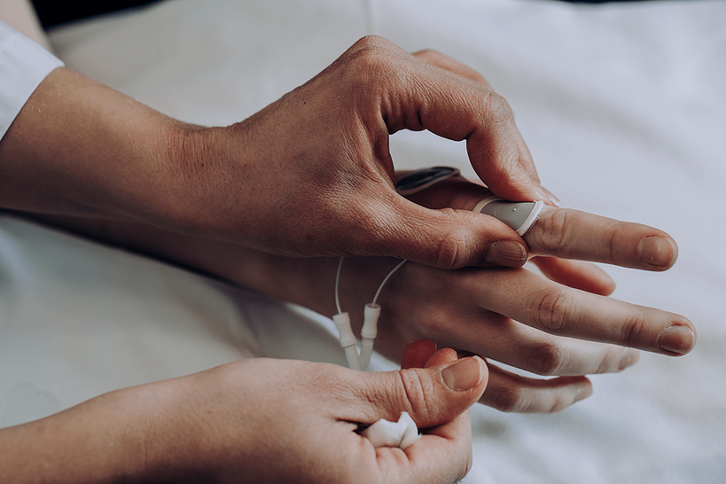 Sensoria kiinnitetään potilaan sormeen.