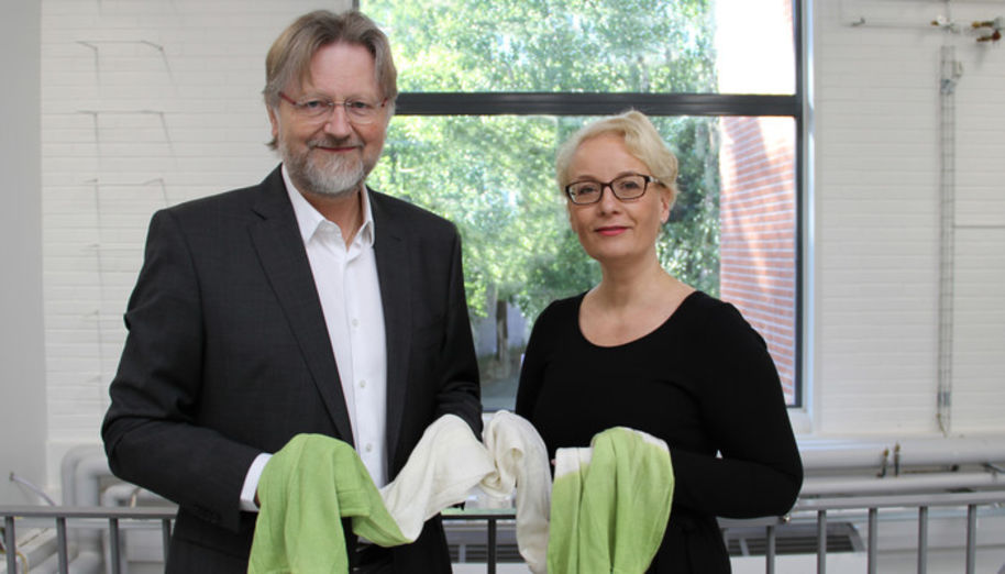 Professor Herbert Sixta and Sirpa Välimaa. The scarf was donated to Sirpa Välimaa as an expression of gratitude for Stora Enso's great support for Ioncell process over many years. Photo: Sofi Vuojakoski