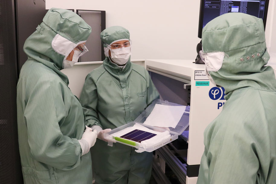 Aalto University / Students watching a solar cell in the Micronova cleanroom / photo: Linda Koskinen